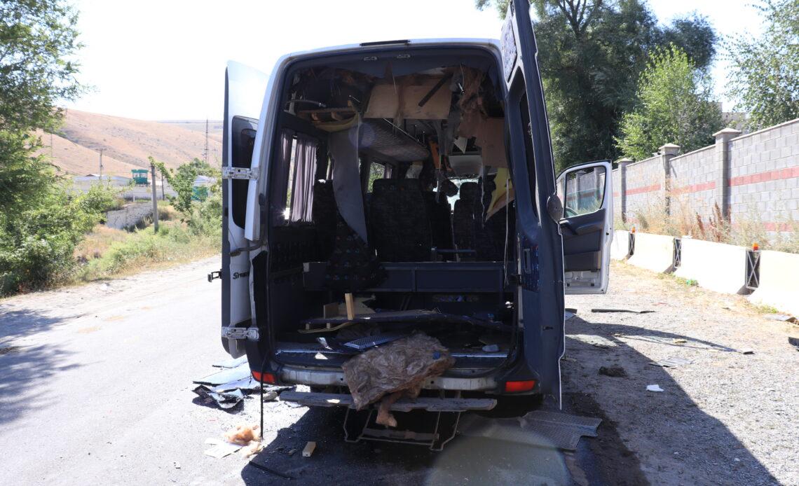 Кой-Ташта спецназдар келген унааларды Атамбаевдин тарапташтары талкалап, тетиктерин чыгарып кетишти (фоторепортаж)