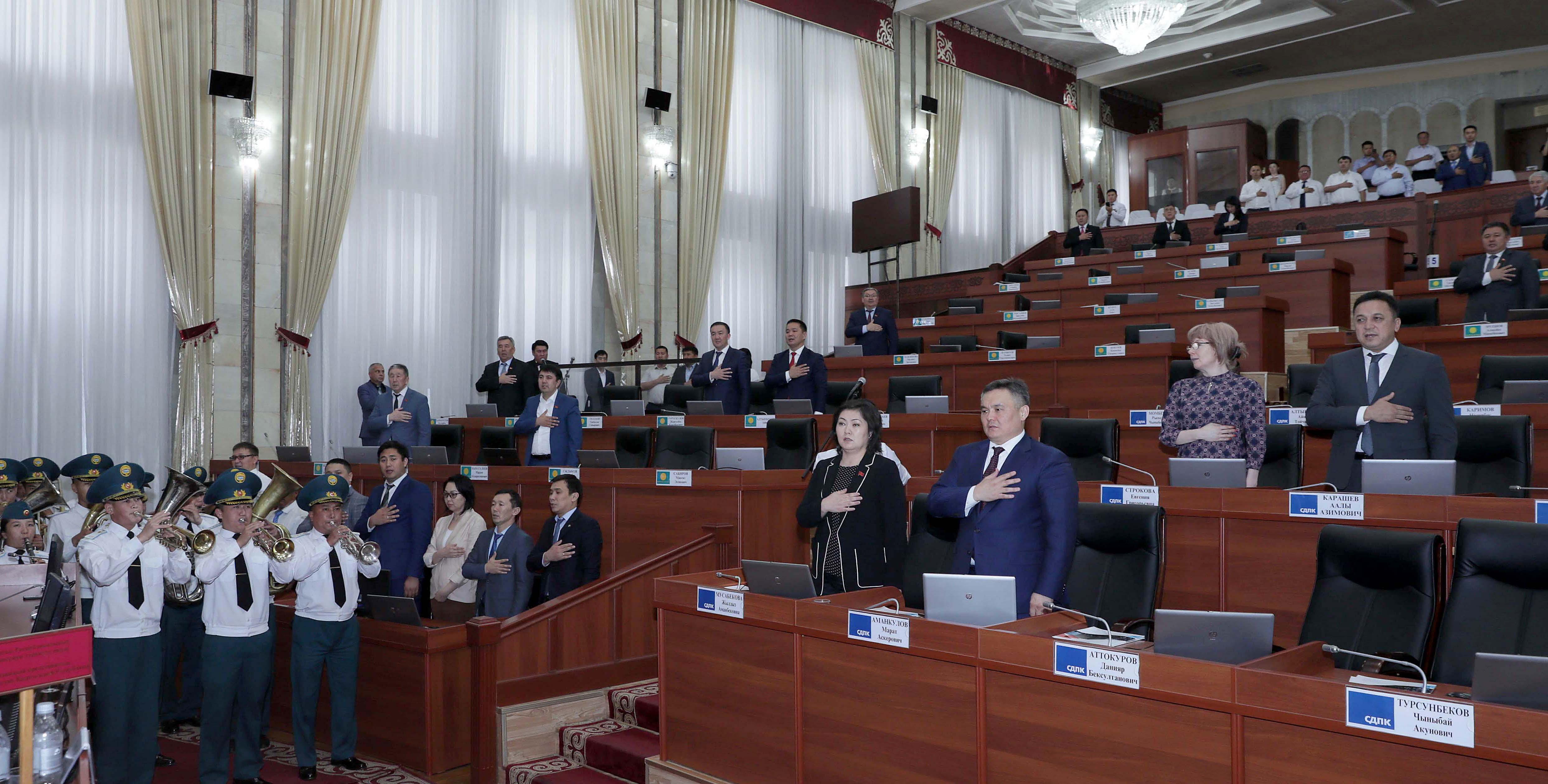 Жогорку Кеӊештин депутаттары эс алууга тарады