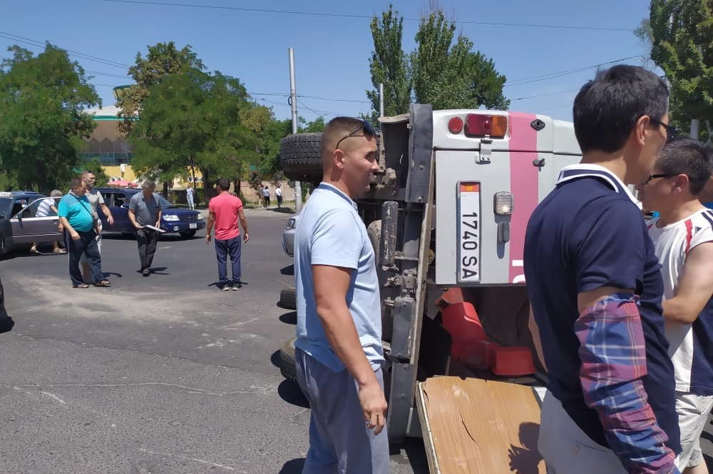 Бишкекте «тез жардам» унаасы менен жеңил автоунаа кагышты