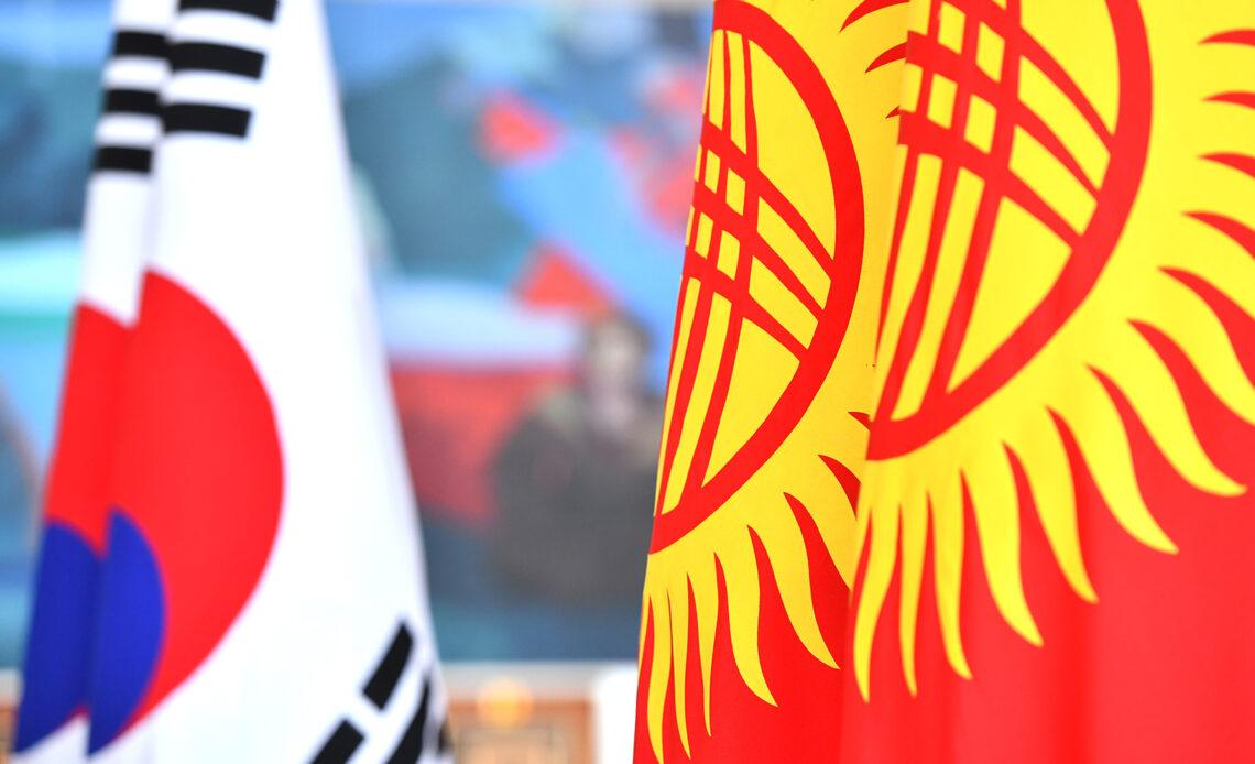 Түштүк Кореянын премьер-министри Ли Нак Ён Кыргызстанга келди
