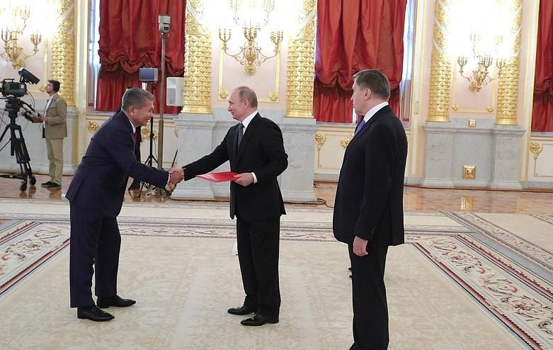 Кыргызстан Орусиядагы элчиси Путинге ишеним грамотасын тапшырды