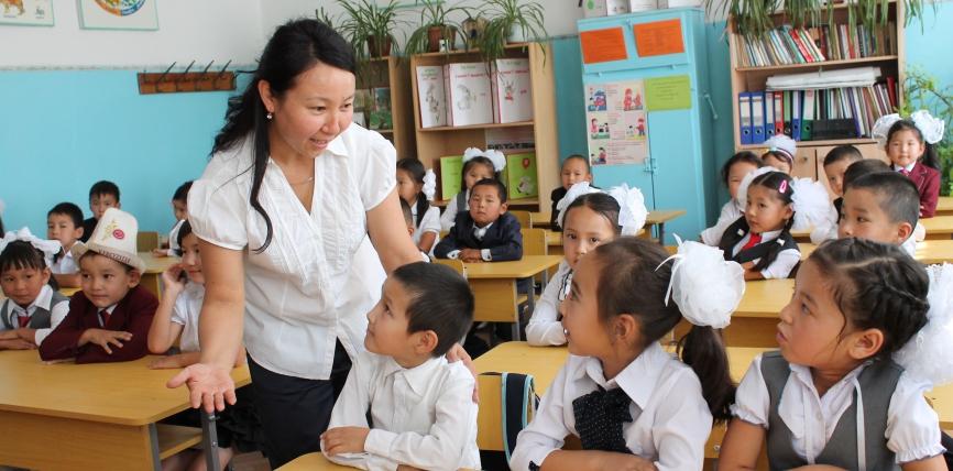 Өкмөт башчы: Кыргызстанда 1-октябрдан тартып мугалимдердин айлык акысы 30% көтөрүлөт