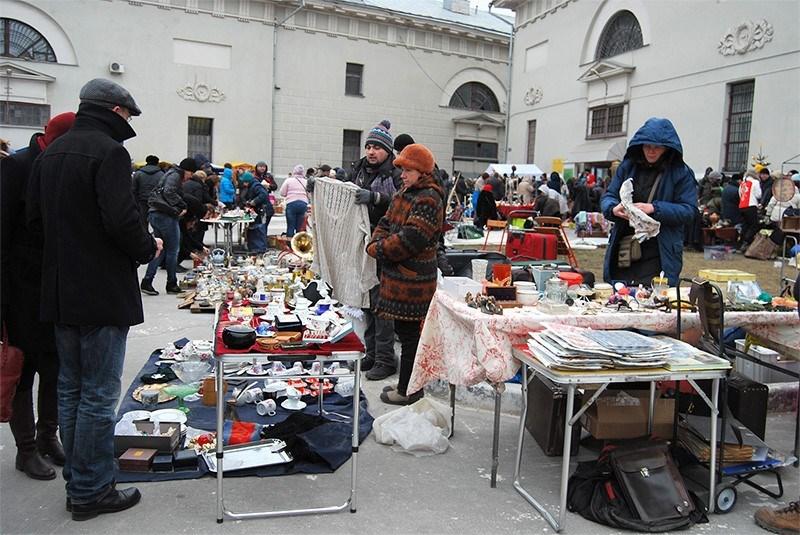 Москванын базарларында иштеген тажик жана өзбек мигранттар полициянын кысымына кабылышууда