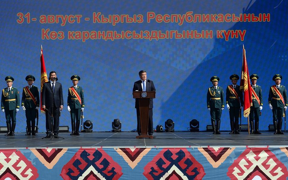 Президент кыргызстандыктарды Эгемендүүлүк майрамы менен куттуктады (сүрөт)