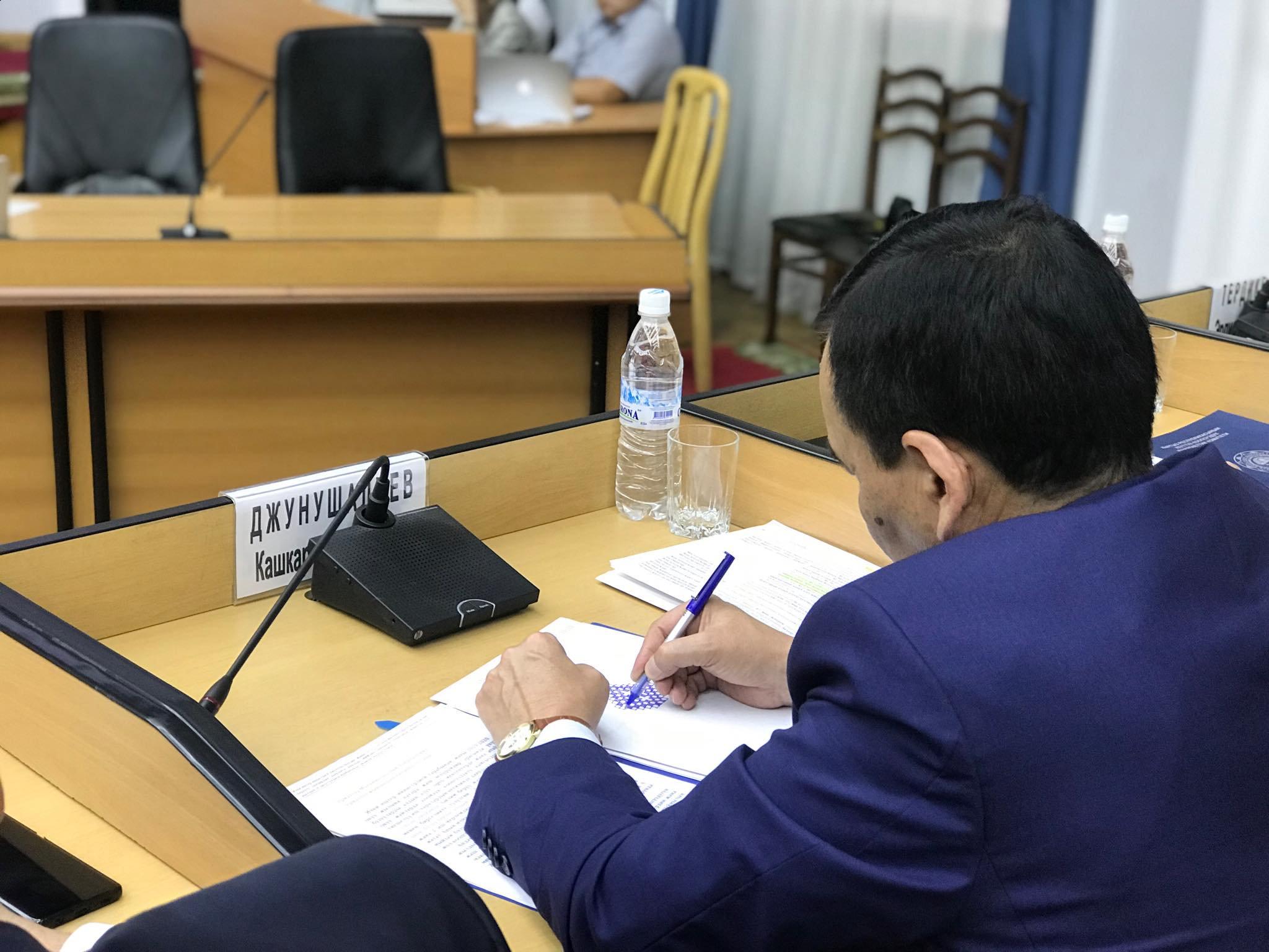 Өкмөттүн жыйнында Кашкар Жунушалиев сүрөт тартып отурат