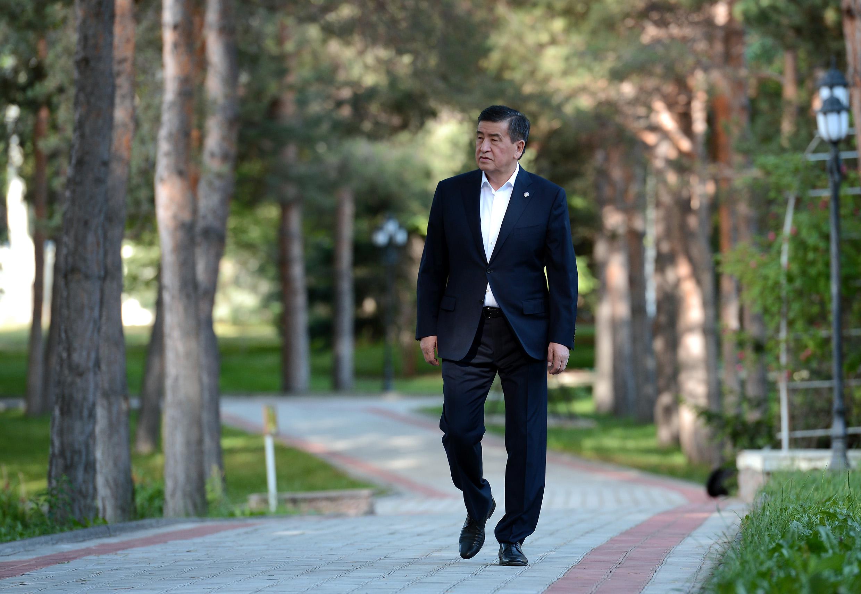 Президент бир жумалык эмгек өргүүсүн токтотуп Бишкекке келе жатат