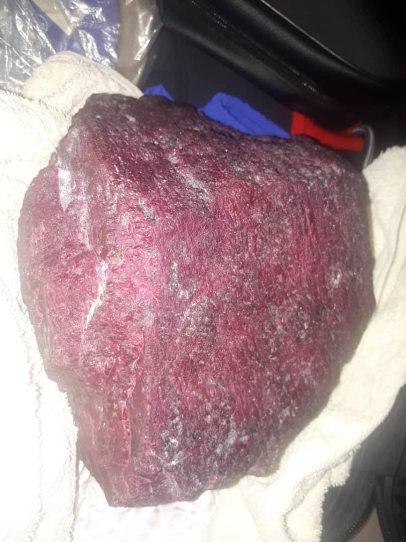 Жарым миллион долларлык рубинди алып бараткан адам кармалды