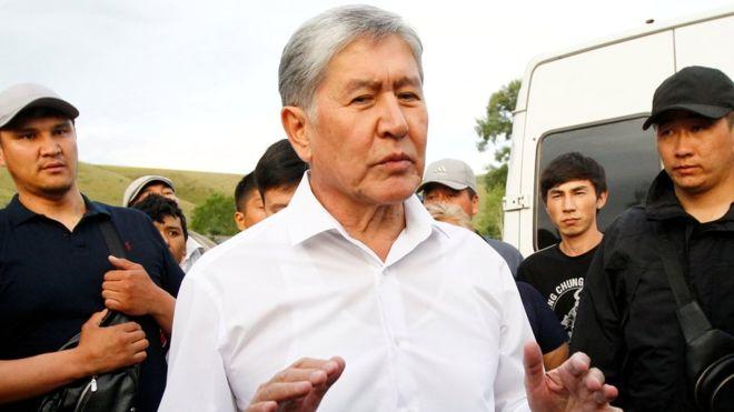 УКМКнын имаратынын терезесинен Алмазбек Атамбаев жакындарына кол булгалады (видео)