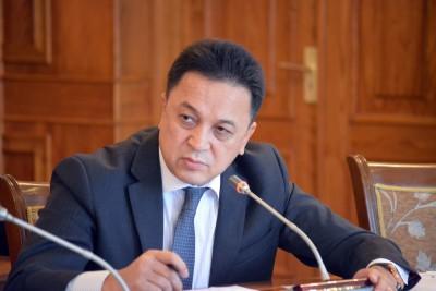 Аалы Карашев экономика министрине: Салык кодексине канча жолу өзгөртүү киргенин билбесеңер эмнеге келдиңер