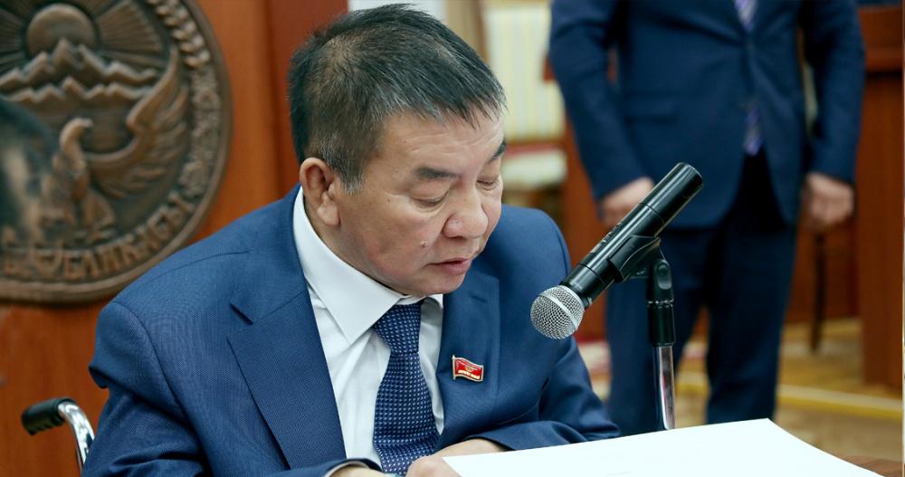 Жогорку Кеңештин депутаты Насыр Мусаев мандатын тапшырды. Ал бир жылдан ашык жыйынга келген эмес