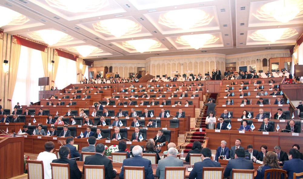 Жогорку Кеңештин депутаттары кызмат учурунда каза болгон аскерлердин үйбүлөсүнө эки күндүк маянасын которот
