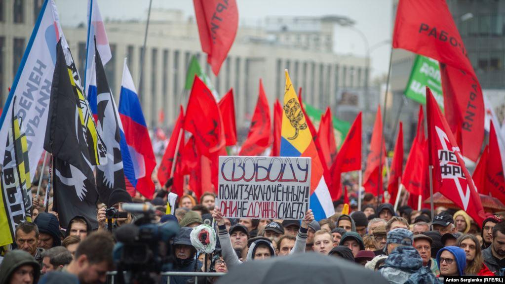 Москвада саясий куугундуктарды бошотууну талап кылган митингге 25 миңдей киши чогулду
