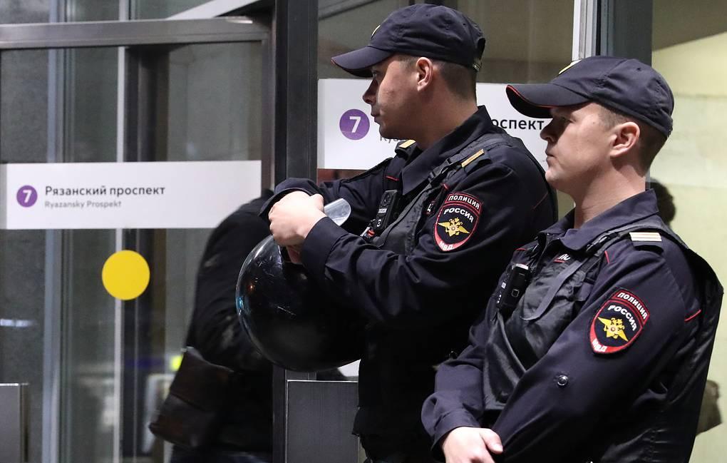 Москвада мигранттан пара алган метро күзөтчүсү аны кармоого аракет кылган полицияны атып өлтүрдү