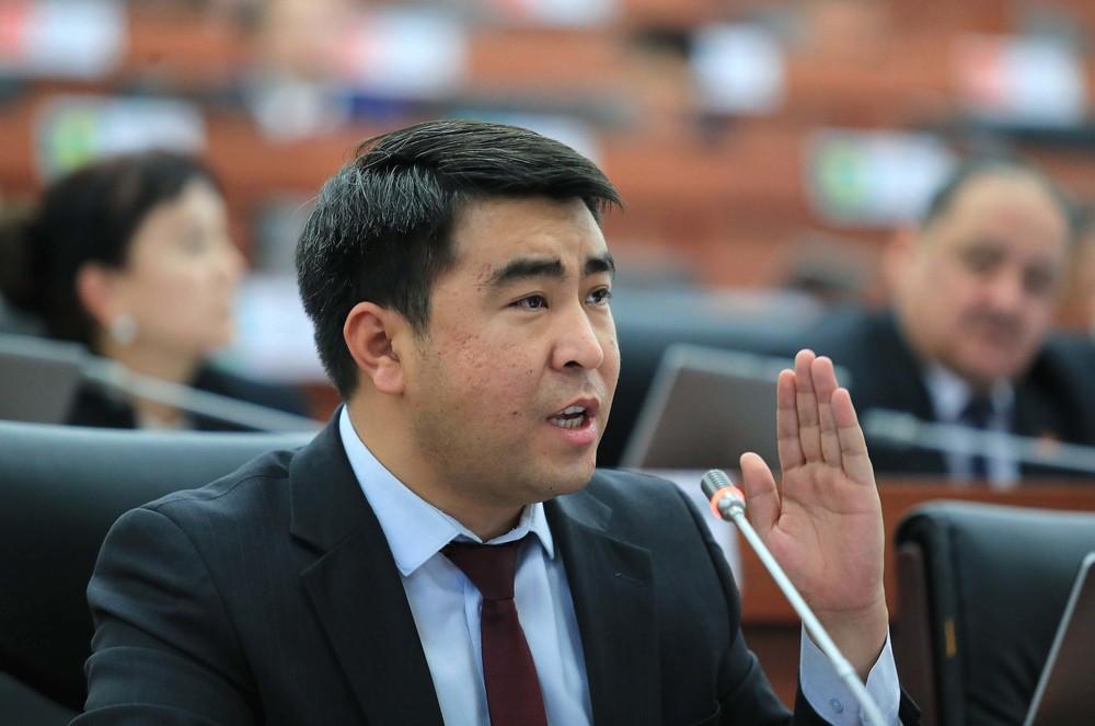 Жанар Акаев: Солтон-Сарыдагы кытайлык компаниянын лицензиясын алуу маселесин тезинен чечүү керек