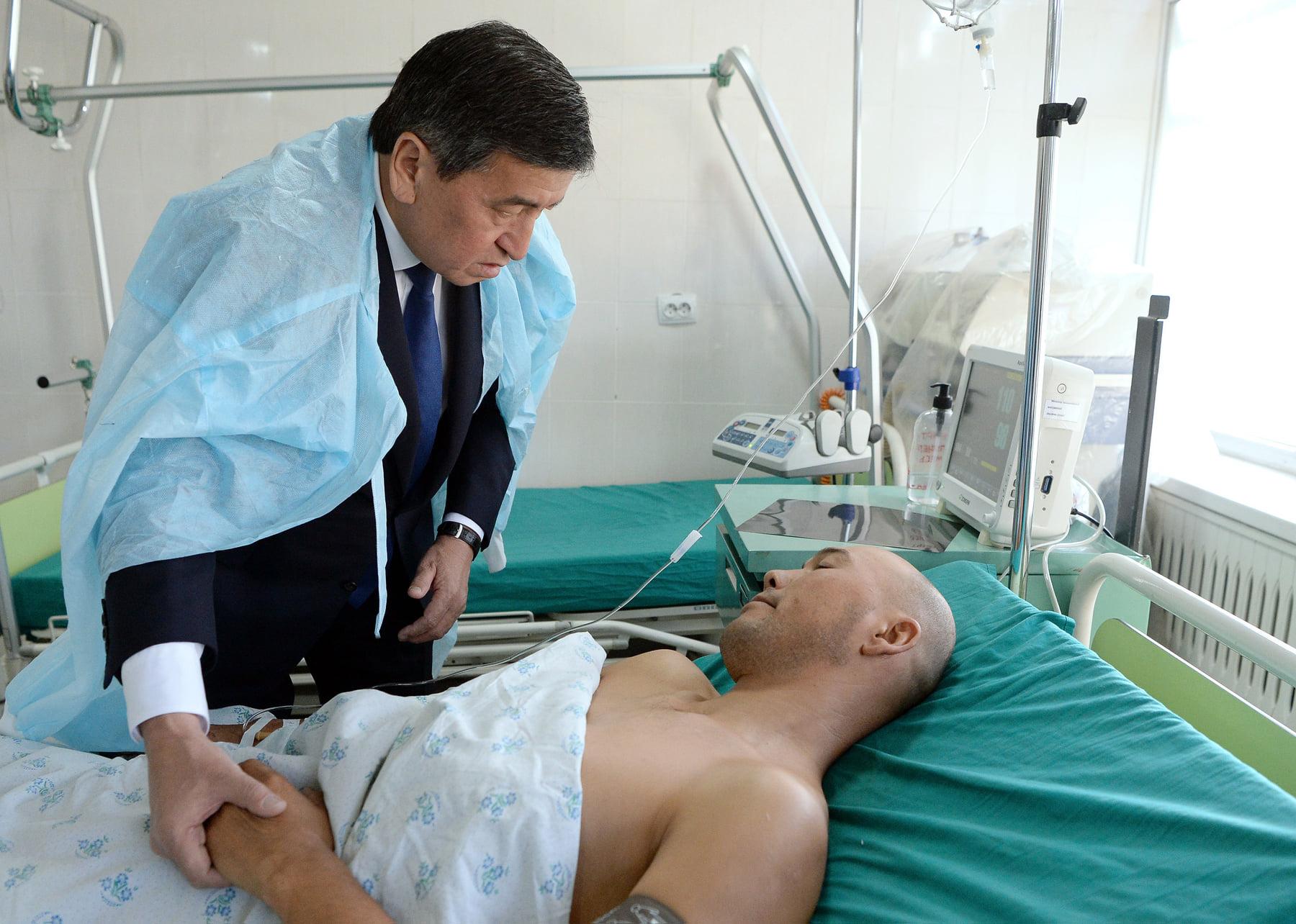 Президент кыргыз-тажик чек жаңжалында жабыркагандардан кабар алды