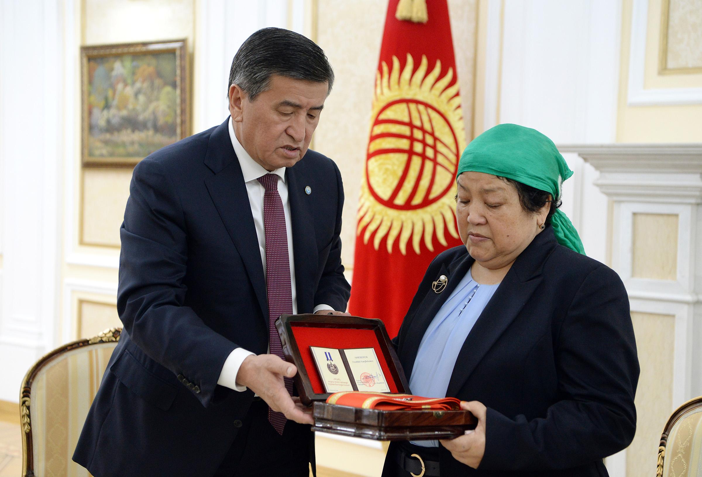 Президент маркум Үсөнбек Ниязбековдун жакындарына «Эрдик» медалын тапшырды (сүрөт)