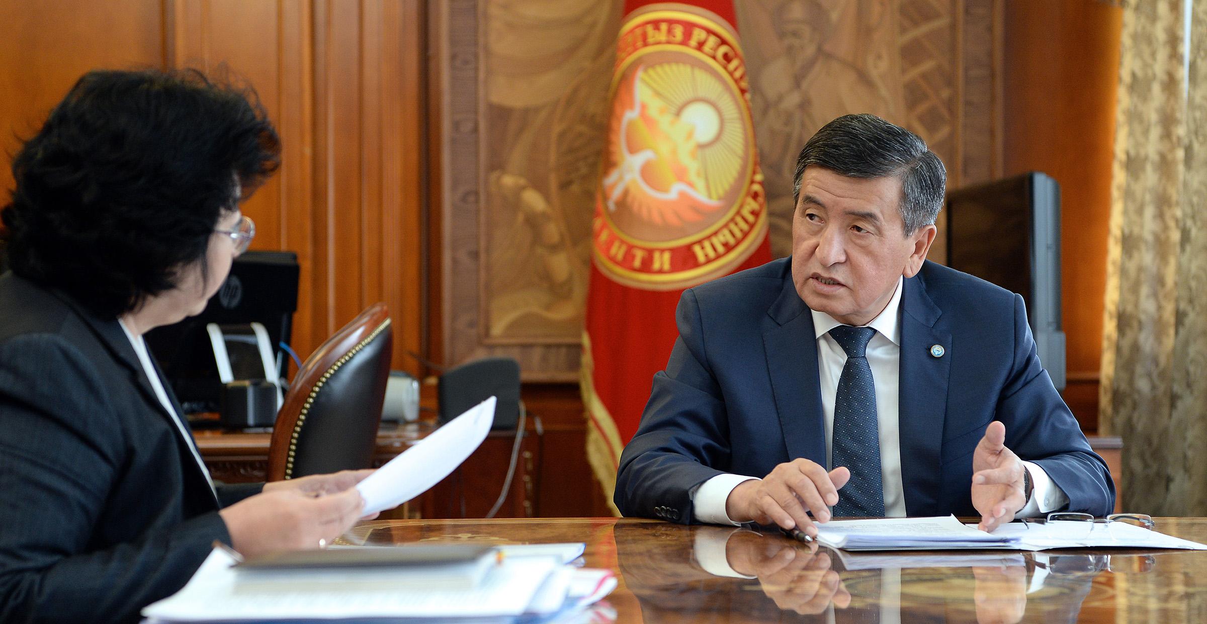 Президент финансы министри Бактыгүл Жээнбаевадан бюджеттин чыгаша-кирешеси тууралуу маалымат алды