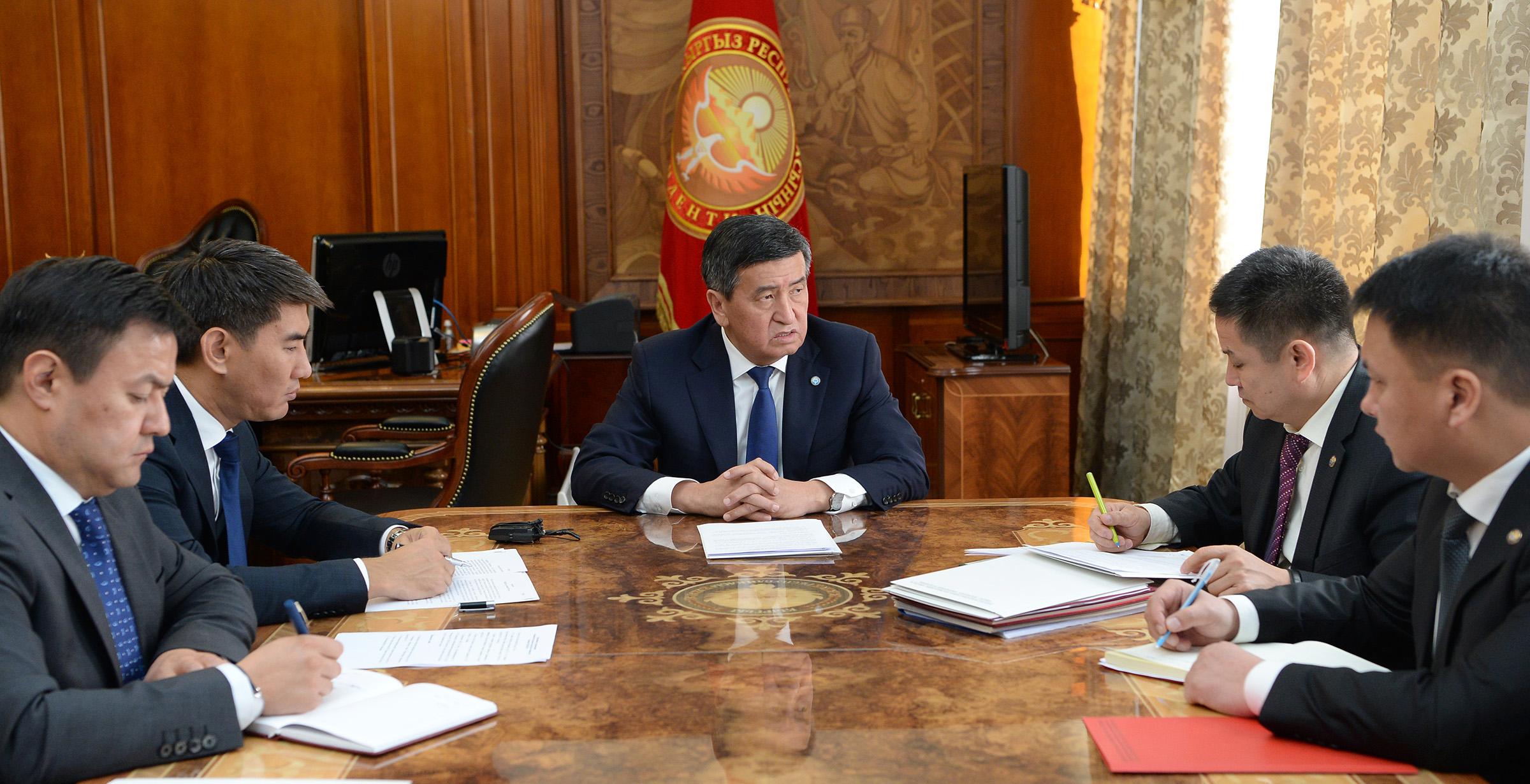 Сооронбай Жээнбеков кыргыз-тажик чек арасындагы абал боюнча кеңешме өткөрдү