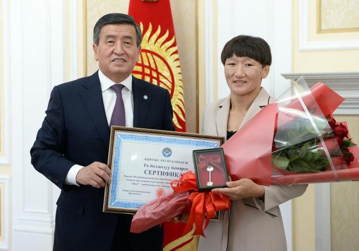 Президент Айсулуу Тыныбековага үч бөлмөлү батир, машыктыруучусуна акчалай сыйлык тапшырды