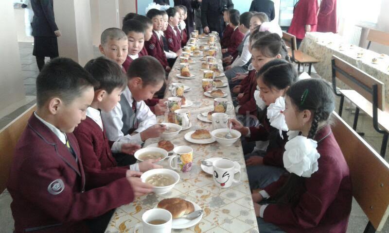 Билим берүү министрлиги: Мектеп окуучусунун бир күндүк тамактануусуна 7 сомдон  бөлүнөт