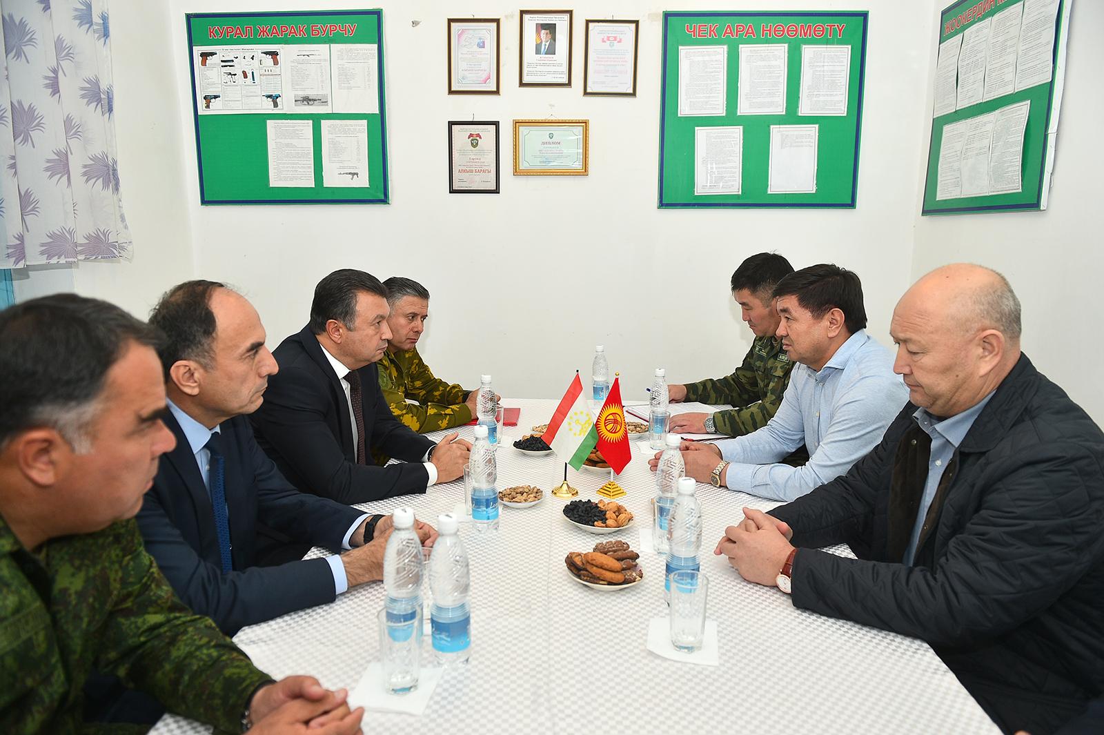 Кыргызстан менен Тажикстандын премьер-министрлери Баткенде жолукту