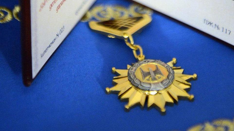 Президент Султан Ибраимов менен Төрөбай Кулатовго «Ак-Шумкар» төш белгисин тапшырат