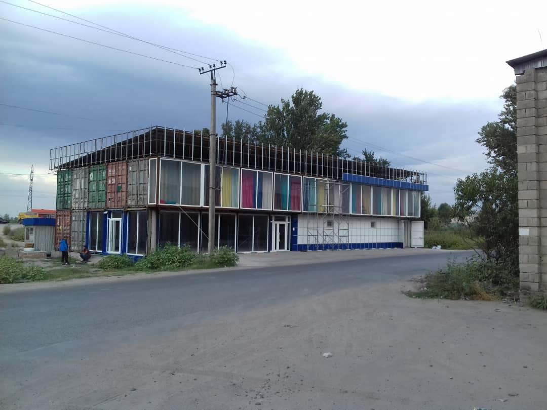 Бишкекте контейнерден курулуп жаткан имарат бузулду