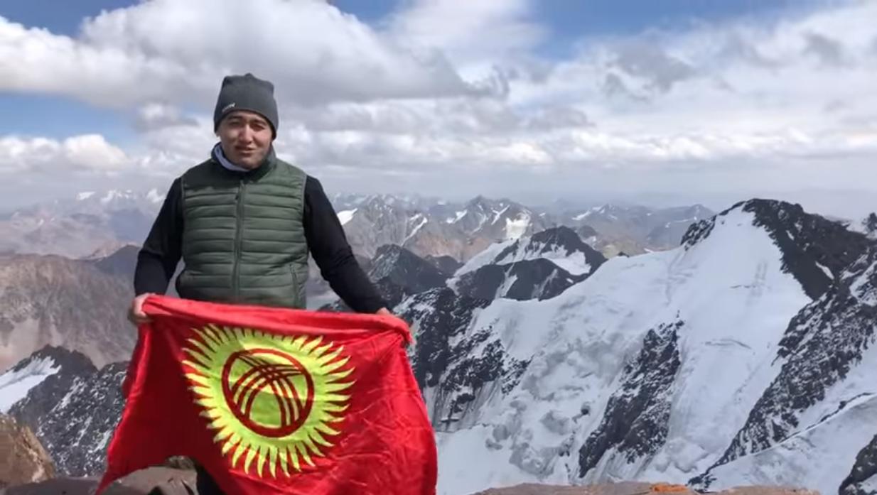 Илим Карыпбеков Путин чокусуна чыгып, орус президентинин саатын сурады