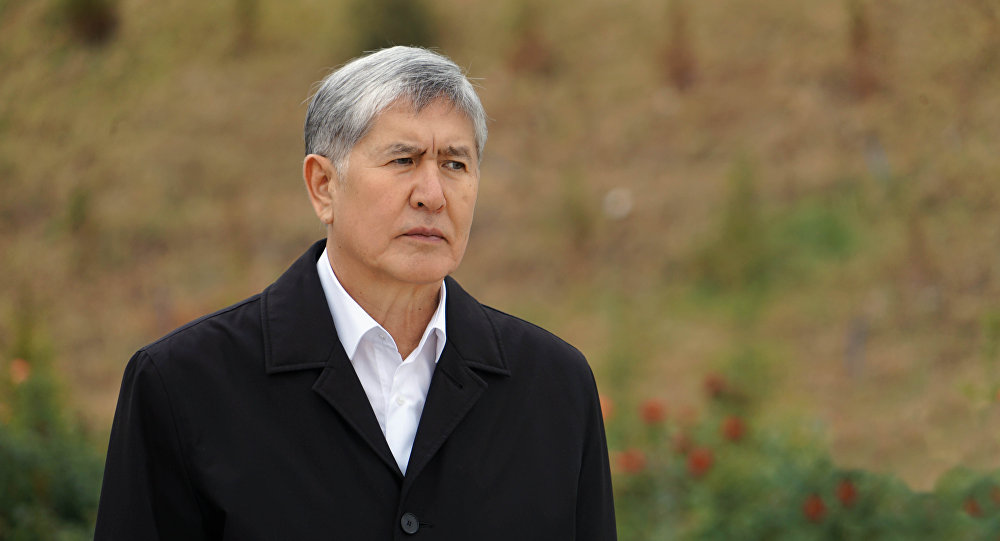 Конституциялык палата Алмазбек Атамбаевден экс-президент макамынан ажыратуу боюнча кайрылууну кароодо