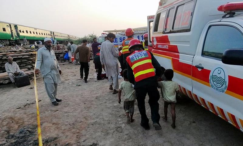 Пакистандагы поезддеги өрттөн каза болгондордун саны 73 адамга жетти