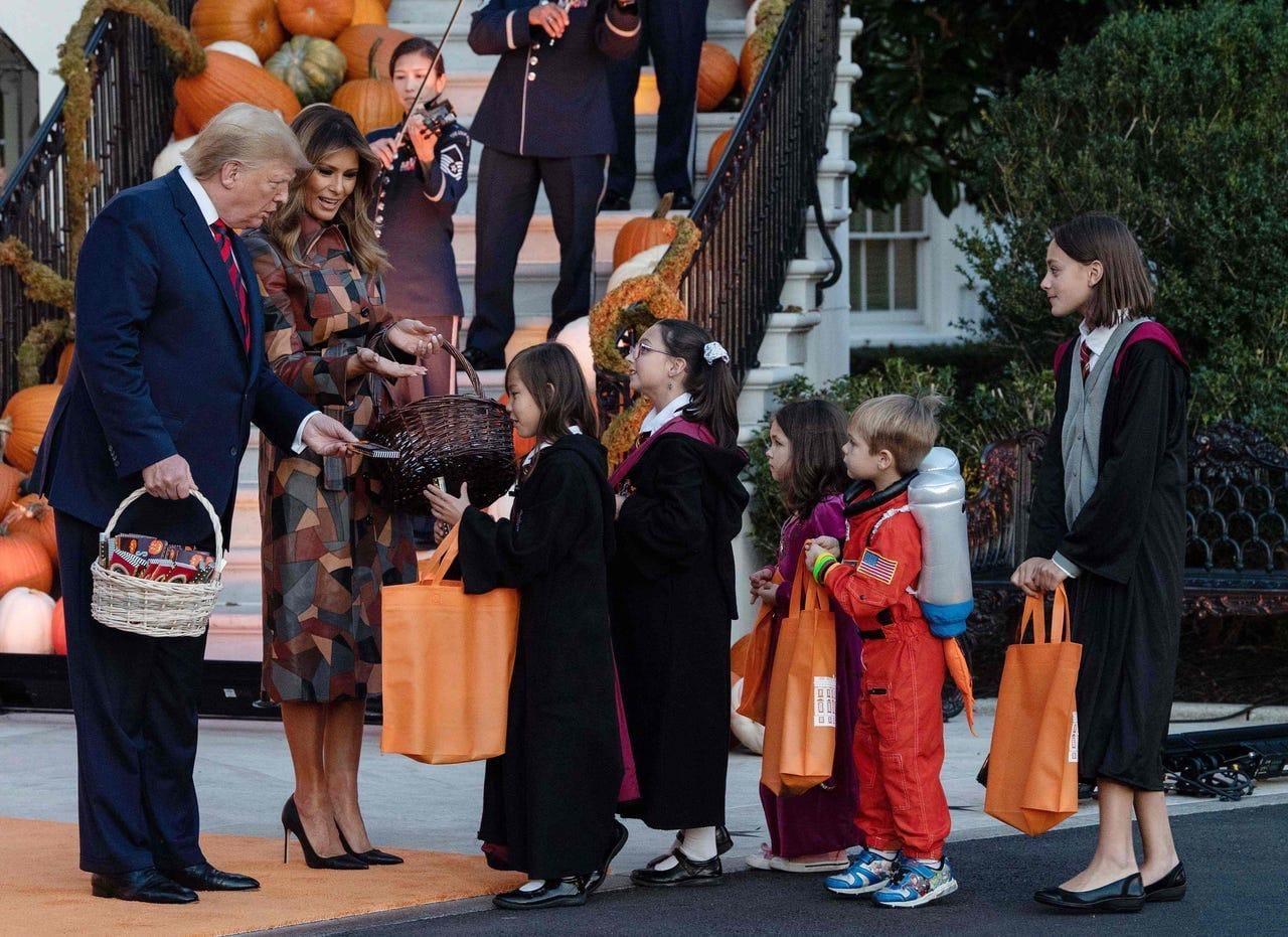 Дональд Трамп аялы менен уюштурган Хеллоун майрамына 8 жаштагы кыргызстандык кыз да барды — фото
