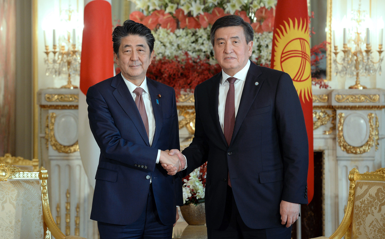 Сооронбай Жээнбеков Синдзо Абэни Кыргызстанга келүүгө чакырды