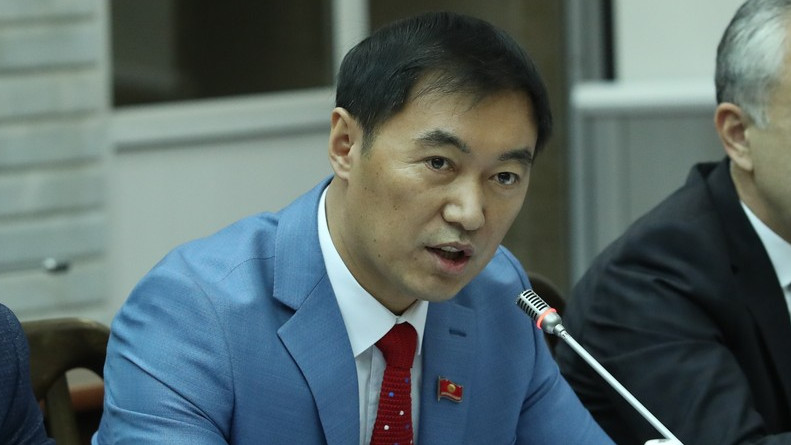 Депутат Токтошев: Ар ким өз ишин кылсын. Мектеп директорлорун чарба иштерине аралаштырбоо керек