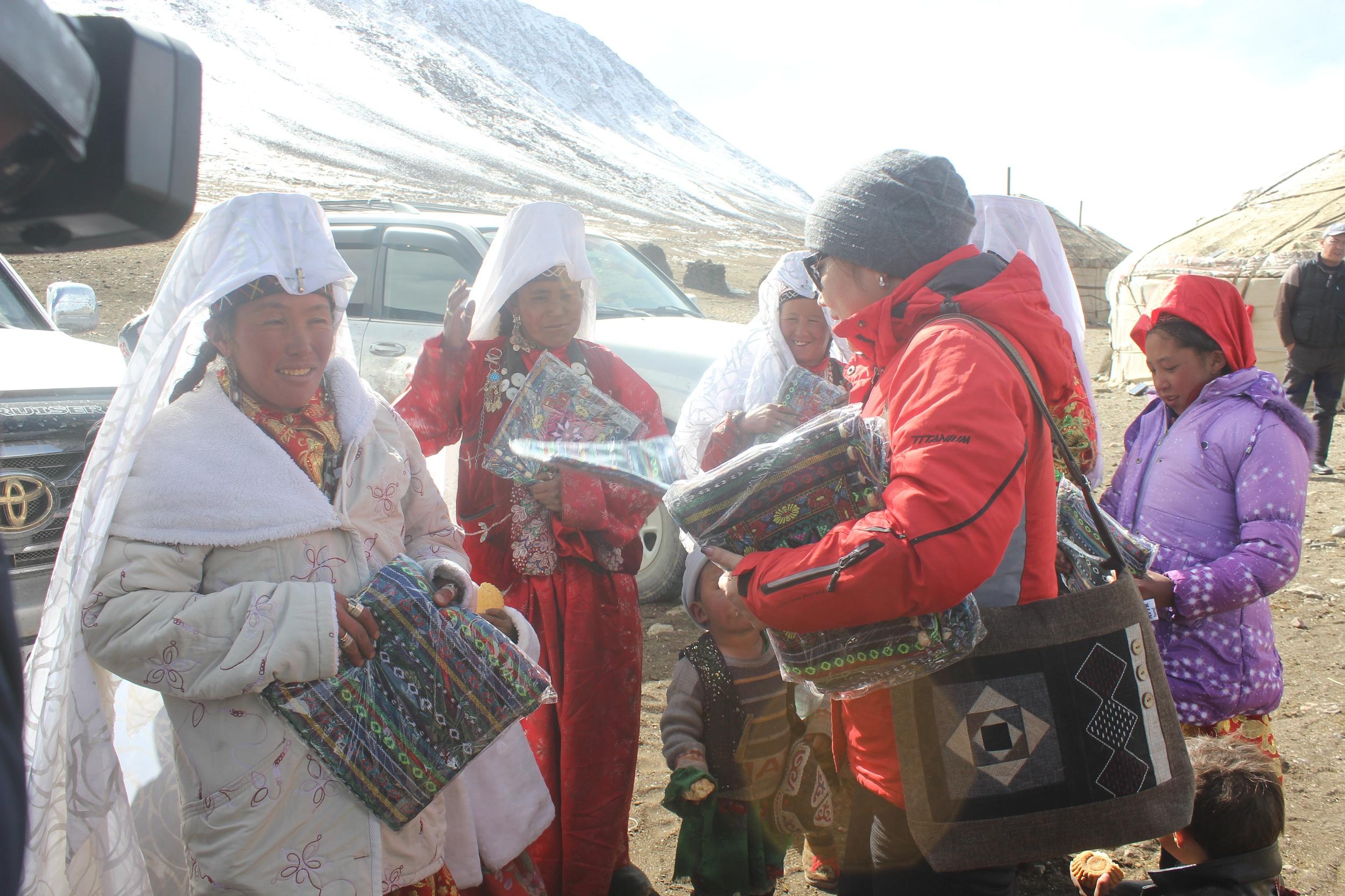 Өкмөт памирлик кыргыздарга 5 млн сомдук гуманитардык жардам көрсөттү — фото