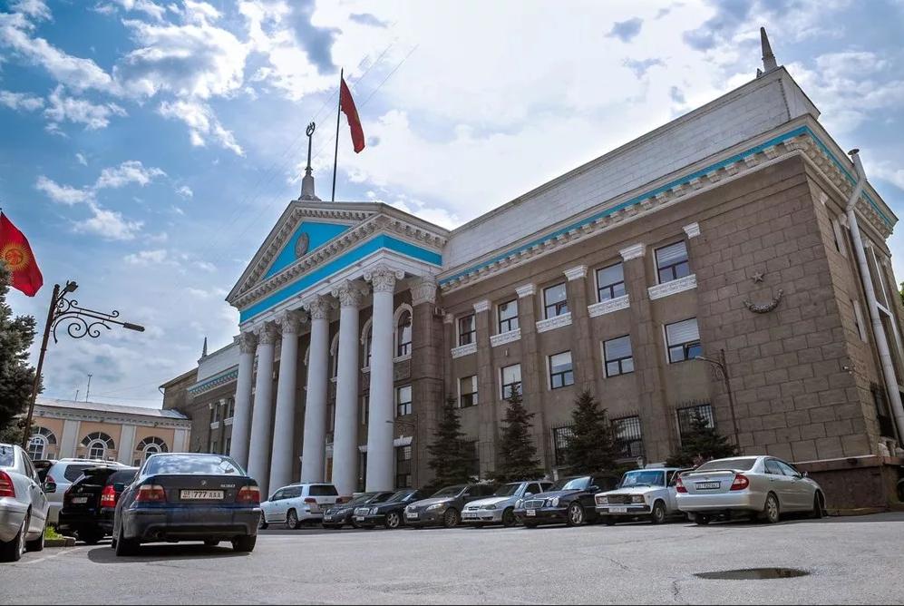 Мыйзамсыз жер берүүгө шектелип Бишкек мэриясынын кызматкери кармалды