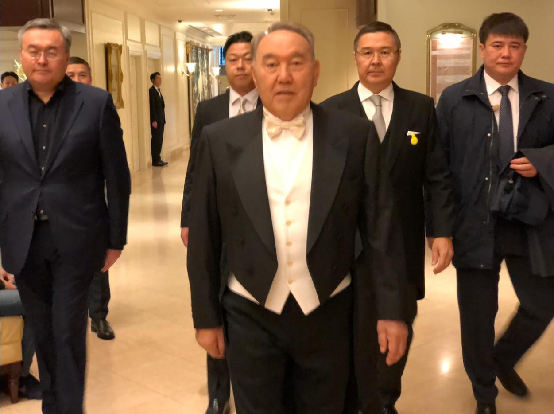 Жапон Императорунун такка отуруу аземине Назарбаев өзгөчө костюм кийип барды