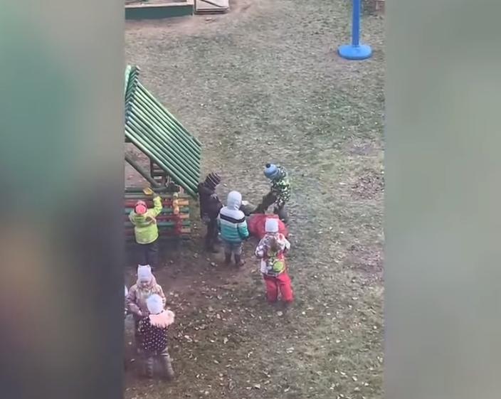 ШОК! Орусияда бала бакчадагы балдар бир кызды көптөп сабап салды (видео)