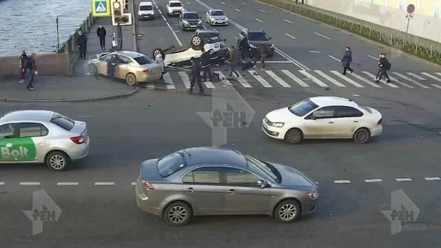 Санкт-Петербургда эки унаа топ адамды коюп кетти. Алардын бирин кыргыз жараны башкарып бараткан (видео)