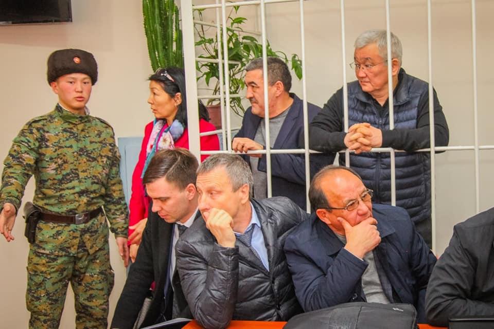 Бишкектин экс-мэрлеринин сотунда айыпталуучулардын биринин жүрөгү ооруп, тез жардам чакыртылды