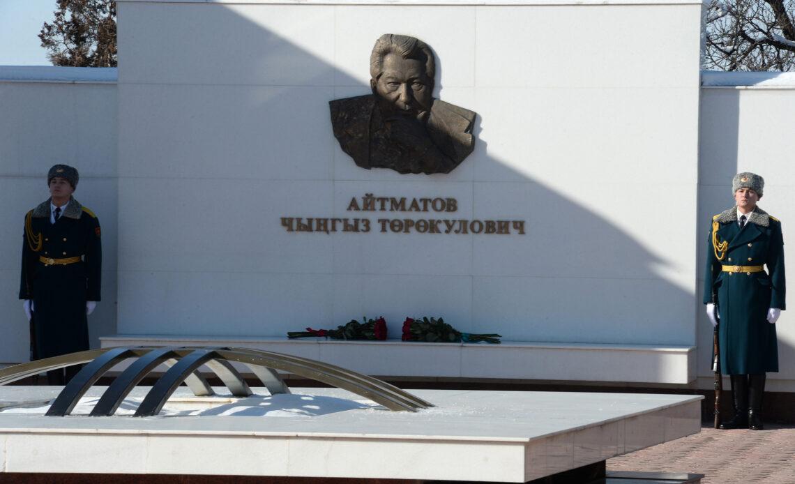Кыргыз-Казак өлкө башчылары «Ата-Бейит» мемориалдык комплексине гүл коюшту – фото