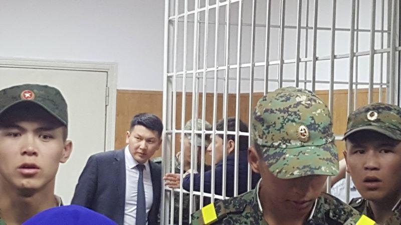 Бишкек ЖЭБ соту: Сапар Исаков менен Айбек Калиев ишти карап жаткан судьядан баш тартышты