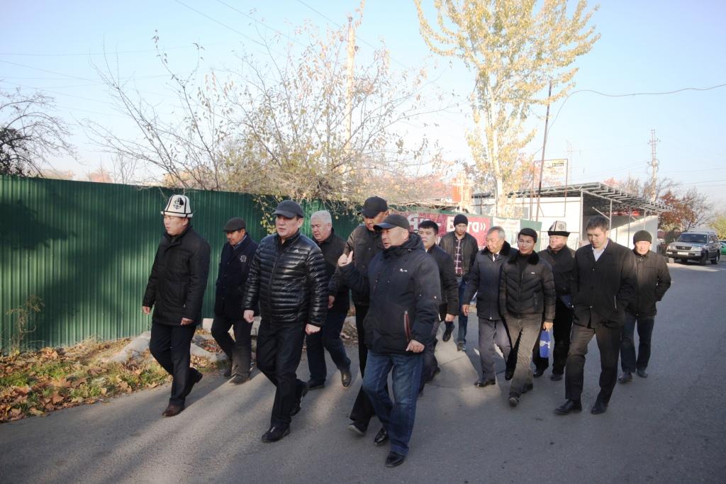 Сарыбашов : Ак-Буура жээгиндеги мыйзамсыз курулуштар бузулат — сүрөт