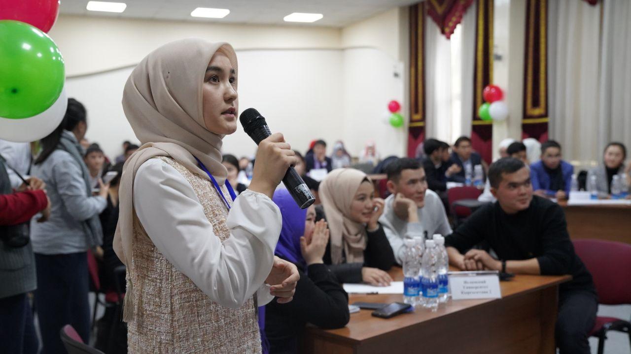 Бишкекте Юридикалык академиянын студенттери борборду канткенде кара түтүндөн арылабыз деген мыйзам жазышты