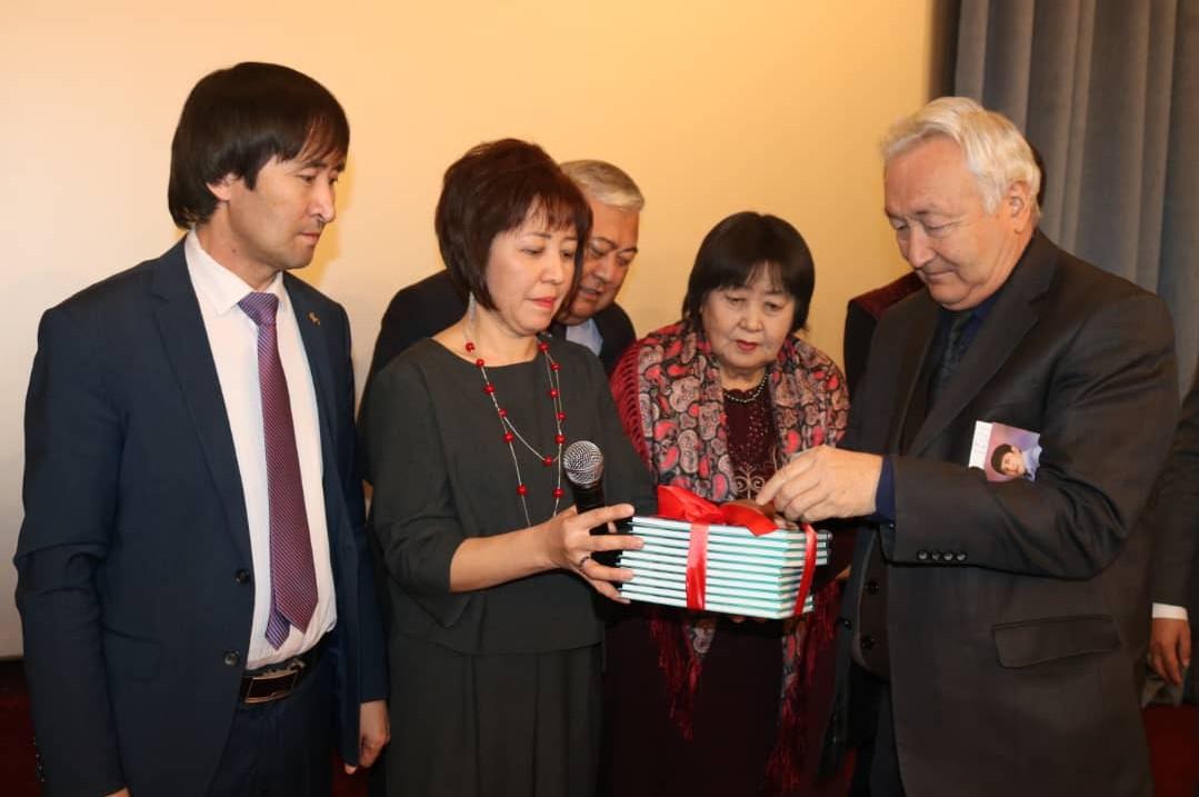 Казак акыны Муратхан Шохандын китеби кыргыз тилине которулду —сүрөттөр