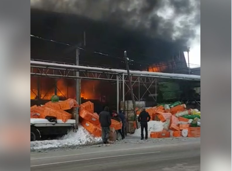 Бишкекте курулуш материалдарын саткан дүкөндөн өрт чыкты — видео