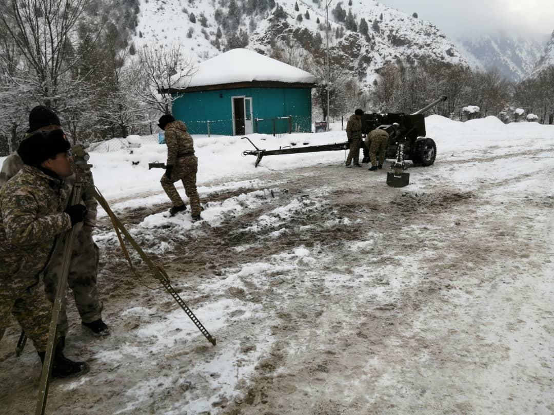Бишкек-Ош жолунда кар көчкүнү атып түшүрүү иштери жүрүп жатат