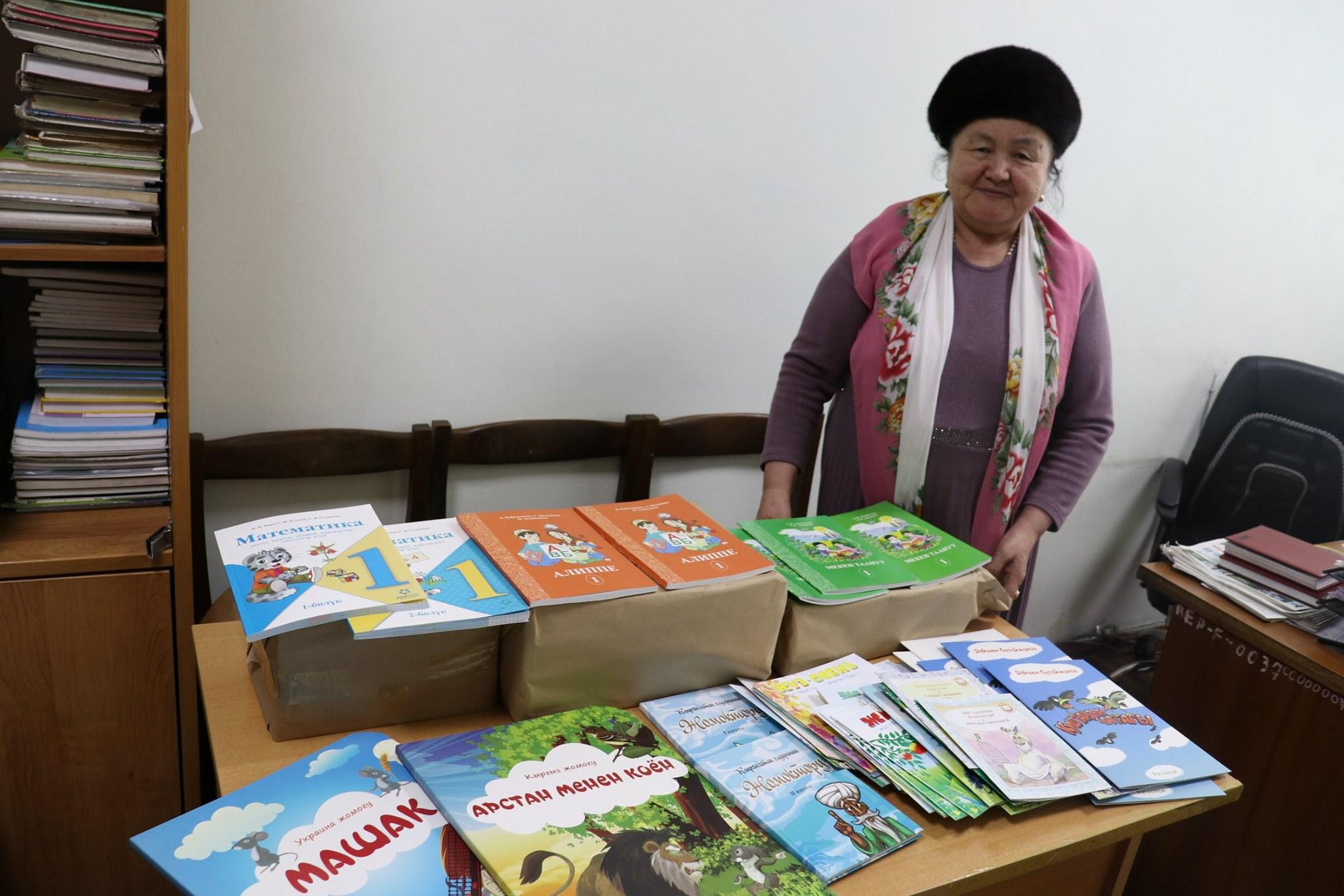 Алайдагы памирлик кыргыздарга окуу китептери тапшырылды — сүрөттөр