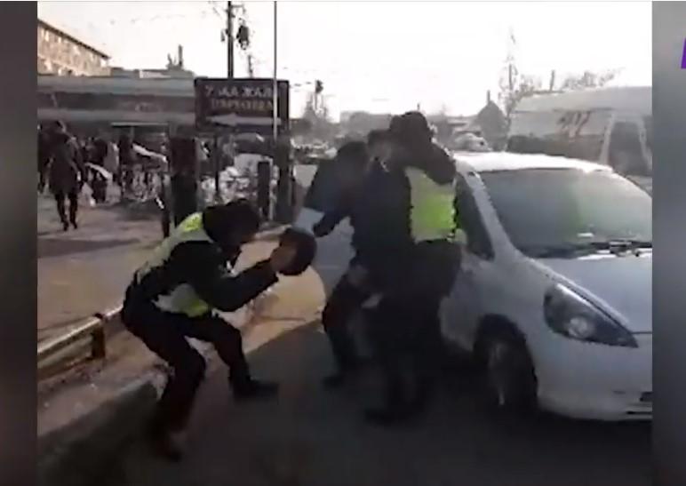 Кайгуул милициянын кызматкерлерине кол көтөргөн айдоочу кармалды — видео