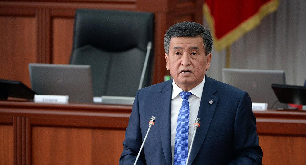 Президент Сооронбай Жээнбеков парламент жыйынында сөз сүйлөйт