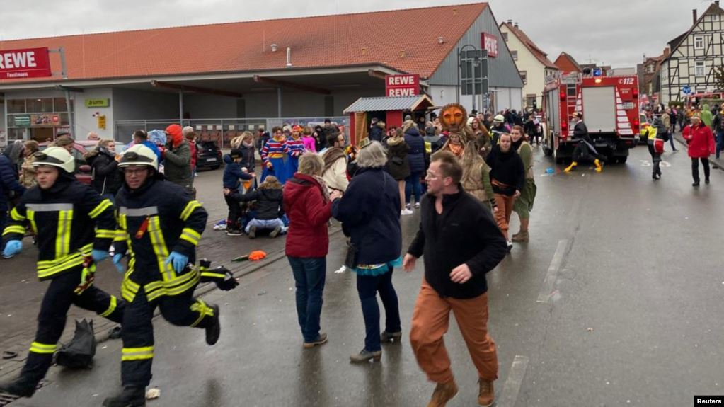 Германияда карнавалга чогулгандарды машина сүзүп кетип, 30дан ашык киши жабыркады